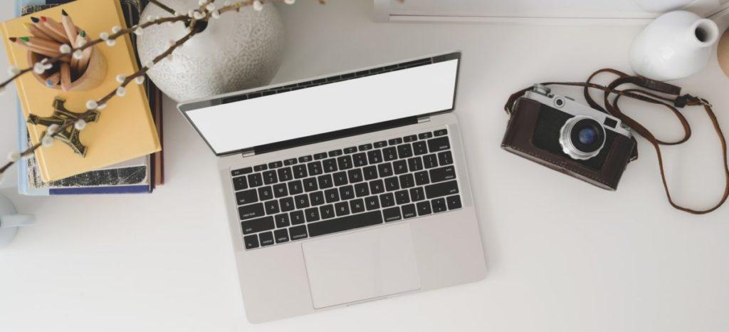 Laptop met camera op tafel