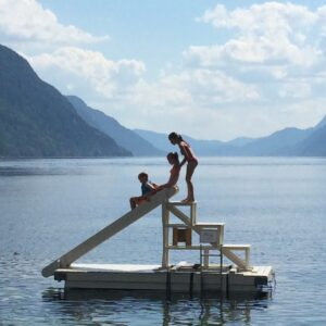 Vakantiefoto van de kinderen in een fjord in Noorwegen.