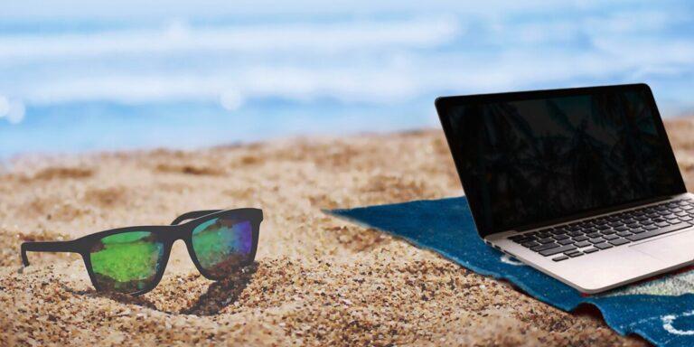 Laptop op strand