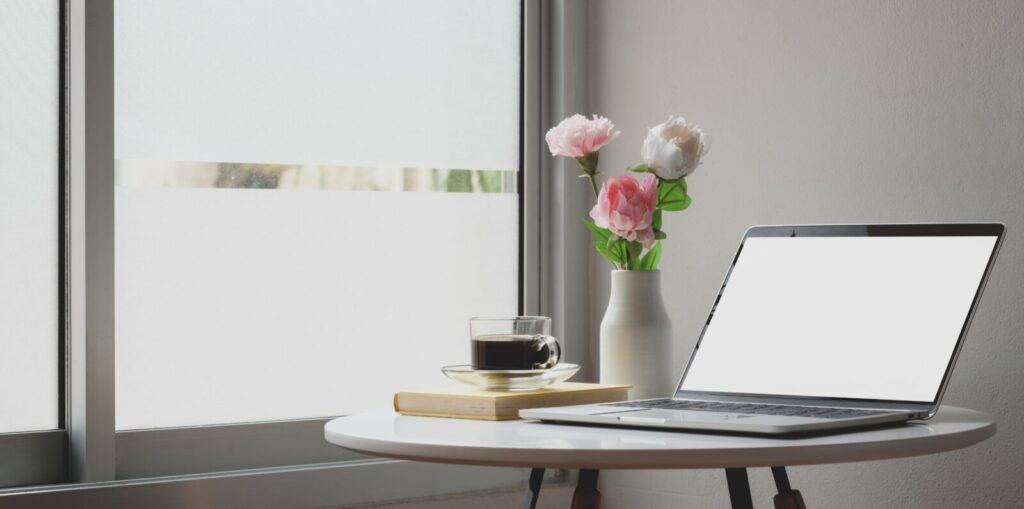 Laptop waarop je je digitale foto's kunt uitzoeken op ronde tafel