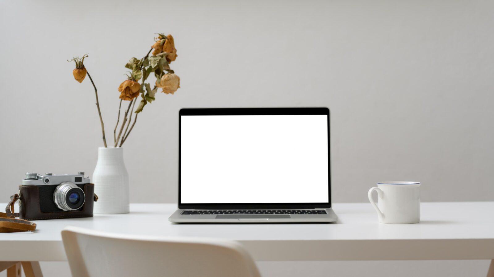 Laptop op een tafel