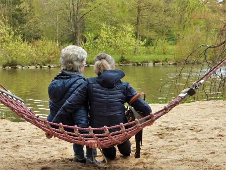 vrouwen op een hangmat aan een rivier